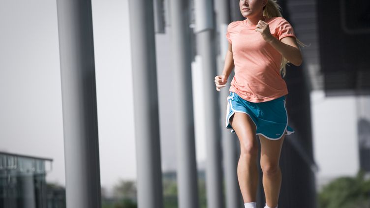 Selon l'étude publiée le 28 juillet 2014, l'espérance de vie du coureur est en moyenne de trois ans supérieure à celle d'une personne qui ne court pas. (JULIAN LOVE / GETTY IMAGES)