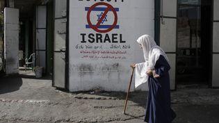 Un graffiti appelle au boycott des produits israéliens à Bethléem, en Cisjordanie, le 17 septembre 2014. (AHMAD GHARABLI / AFP)