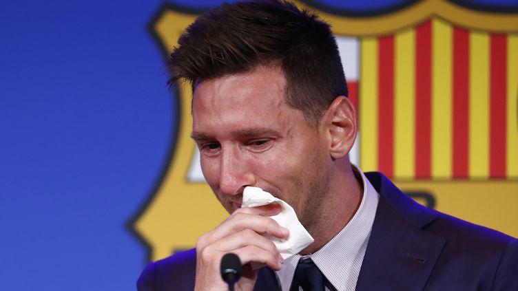 L'Argentin Lionel Messi ému aux larmes lors de sa conférence de presse d'adieu au FC Barcelone, le 8 août 2021. (JOAN MONFORT / AP)