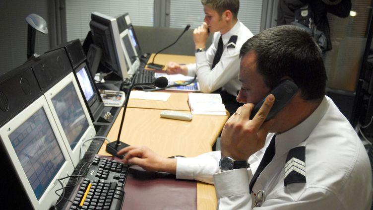 À Paris, le centre d'appel de Police secours est encombré par les appels de délation (illustration à la préfecture de police de Paris). (CHRISTOPHE MORIN / MAXPPP)