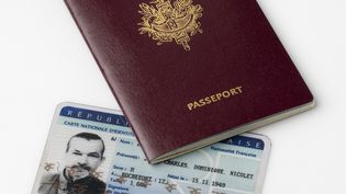 Le gouvernement a mis en place un nouveau fichier réunissant les données personnelles des détenteurs d'un passeport et d'une carte d'identité nationale, dans un décret publié dimanche 30 octobre 2016. (CHARLIE ABAD / PHOTONONSTOP / AFP)