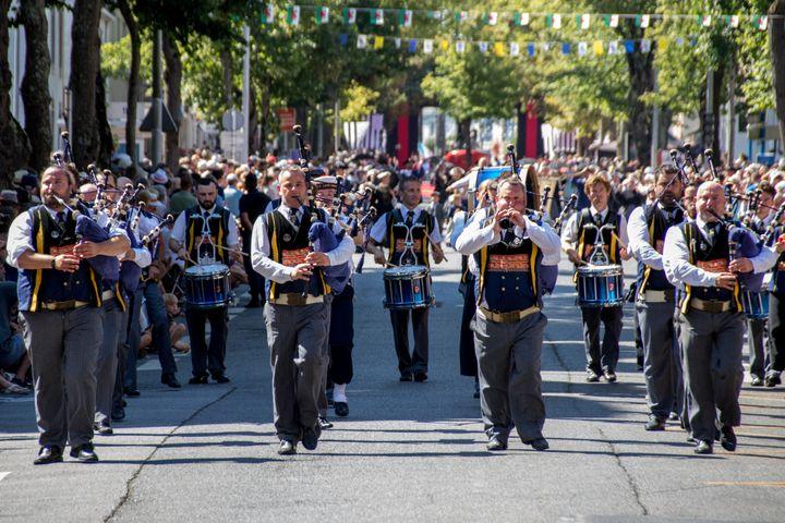 Une parade musicale de binious, flûtes et tambours pendant leFestival Interceltique de Lorient le 5 août 2018. (MAUD DUPUY / HANS LUCAS)