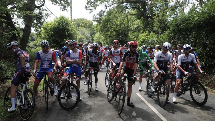 Le peloton à l'arrêt pour marquer son mécontenement au lendemain des nombreuses chutes, le 29 juin lors de la 4e étape du Tour de France. (MAXPPP)