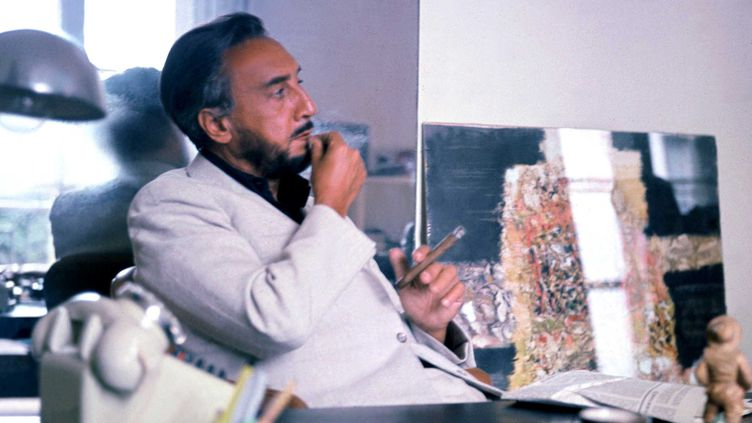 Romain Gary en 1970 dans son bureau à Paris  (DALMAS/SIPA)