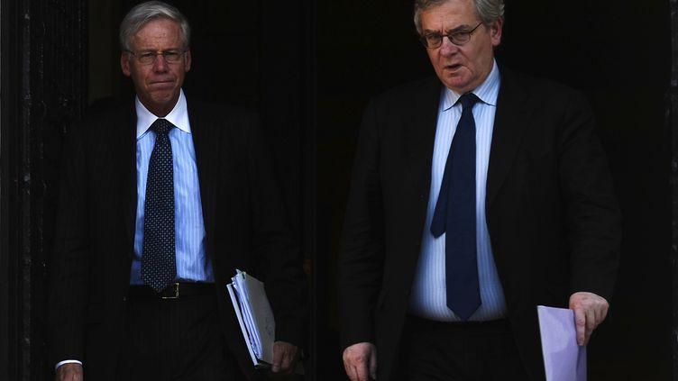 Charles Dallara, directeur de l'Institut de la finance internationale, et Jean Lemierre, conseiller du président de BNP Paribas, quittent le bureau du Premier ministre grec, le 13 janvier à Athènes. (ARIS MESSINIS / AFP)