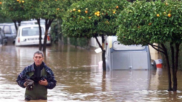 Le 18 janvier 2014 dans le quartier de l'Oratoire, à Hyères, où la montée des eaux duGapeau a provoqué d'importantes inondations. (GEORGES GOBET / AFP)
