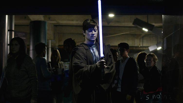 """Un fan de """"Star Wars"""" avec unsabre à Caracas (Venezuela), le 19 décembre 2019. (MATIAS DELACROIX / SIPA)"""