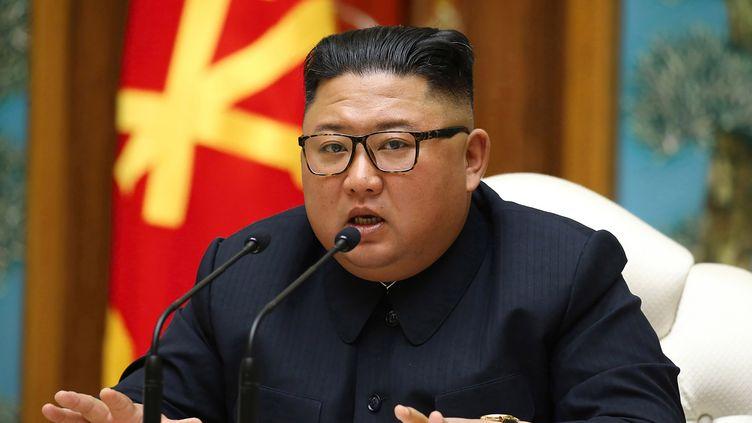 Le leader nord-coréen Kim Jong-Un lors d'une réunion du bureau politique du comité central du partiau pouvoir en Corée-du-Nord, le 11 avril 2020, sur une image partagée par l'agence de propagande nord-coréenne. (STR / KCNA VIA KNS)