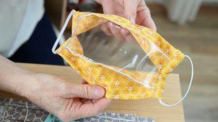 Un modèle de masque sanitaire transparent réalisé par une couturière à la retraiteDambach-la-Ville (Bas-Rhin). (JEAN-MARC LOOS / MAXPPP)