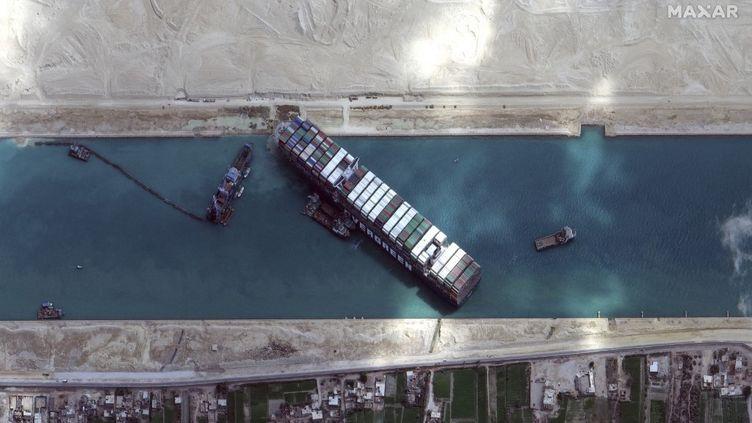 """Une image satellite de l'""""Ever Given"""" bloqué en travers du canal de Suez (Egypte), le 28 mai 2021. (SATELLITE IMAGE 2021 MAXAR TECH / AFP)"""
