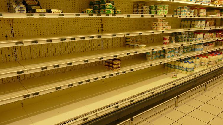 Un rayon de beurre à moitié vide dans un supermarché de Vaux-sur-Mer (Charente-Maritime), le 6 novembre 2017. (CITIZENSIDE / AFP)