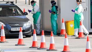 Du personnel médical effectue teste au coronavirus des soignants àRochdale, au Royaume-Uni, le 16 avril 2020. (ANTHONY DEVLIN / AFP)