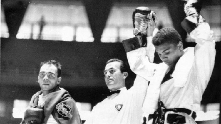 Cassius Clay sacré champion olympique chez les lourds légers, le 30 août 1960 à Rome. (LARS NYBERG / SCANPIX SWEDEN / AFP)