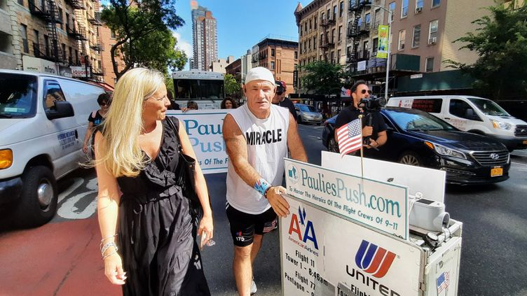 """Paul Veneto, 62 ans, dit """"Paulie"""", à Manhattan le 10septembre 2021, rend hommage aux personnels naviguantsdes avions détournés par les kamikazeslors des attaques terroristes du 11-Septembre2001. (BENJAMIN ILLY / FRANCEINFO)"""