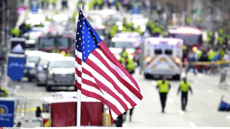 Les secours s'affairent auprès de la centaine de blessés frappés par deux explosions près de la ligne d'arrivée du marathon de Boston, dans le Massachusetts (Etats-Unis), le 15 avril 2013. (CHARLES KRUPA / AP / SIPA )