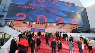Les invités arrivent le 27 octobre 2020 au Palais des Congrès de Cannes, où se tient une édition symbolique du festival de Cannes. (VALERY HACHE / AFP)