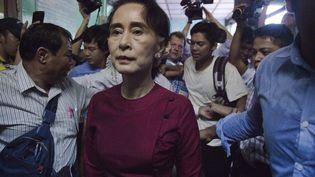 Aung San Suu Kyi quitte un bureau de vote de Rangoun (Birmanie), après avoir voté pour les élections législatives, le 8 novembre 2015. (NICOLAS ASFOURI / AFP)