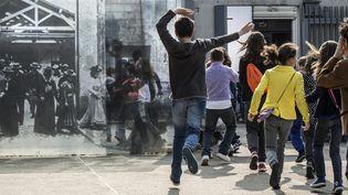 3000 lyonnais ont participé au tournage du remake premier film de Louis Lumière  (JEAN-PHILIPPE KSIAZEK / AFP)
