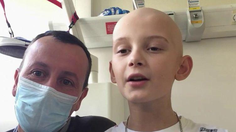 """""""Rêvons plus grand"""" c'est la devise du Paris-Saint-Germain. Une devise que Loïck, un jeune garçon qui se bat contre le cancer, a décidé de faire sienne. Via les réseaux sociaux, il a posté un message pour Neymar et ses coéquipiers. (France 2)"""