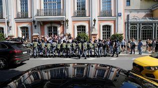 Des militaires de la Garde nationale russe entourent des manifestants, à Moscou le 27 juillet 2019, lors d'un rassemblement non autorisé demandant aux candidats indépendants et à l'opposition de se porter candidats aux élections locales de septembre. (MAXIM ZMEYEV / AFP)