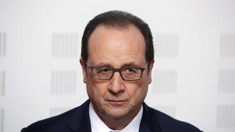 Francois Hollande lors d'une visite dans un centre de la Ligue contre le cancer, à Paris, le 24 mars 2015. ( GLEB GARANICH / REUTERS)