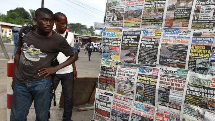 La presse ivoirienne après le raid terroriste de Grand-Bassam le 13 mars 2016. (Sia-Kambou/AFP)