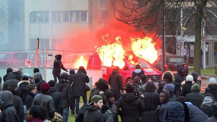 La voiture de la station de radio, RTL, incendiée, samedi 11 février 2017, à Bobigny. (GREGOIRE OZAN / AFP)