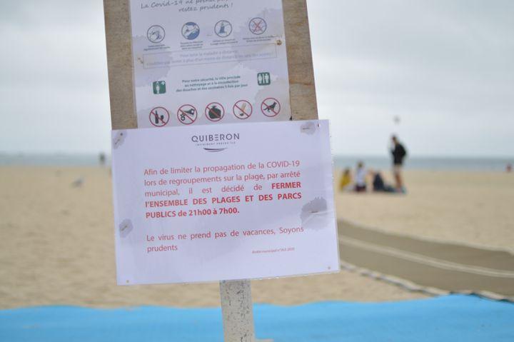 Les panneaux d'interdictionentre 21h et 7h du matinsur les plages de Quiberon,dans le Morbihan. (VICTOR VASSEUR / FRANCE-INFO)