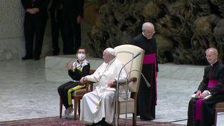 Vatican : une drôle de rencontre entre un enfant handicapé et le Pape François. (FRANCE 2)