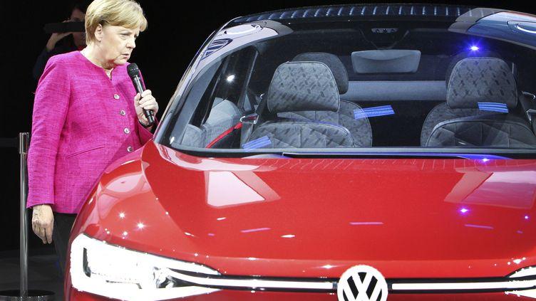 La chancelière allemande Angela Merkel au salon automobile de Francfort le 14 septembre 2017 (DANIEL ROLAND / AFP)