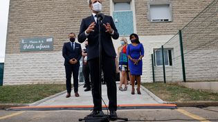 Le président de la République Emmanuel Macron fait une déclaration à l'issue d'une visite dans un centre de la Protection maternelle et infantile à Longjumeau (Essonne) le 23 septembre 2020 (LUDOVIC MARIN / AFP)