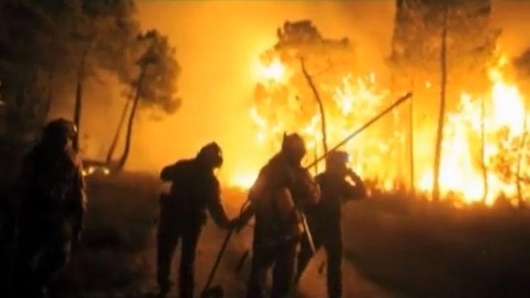 Des pompiers combattent un feu de forêt dans l'ouest de l'Espagne, le 20 août 2012. (FTVI / REUTERS)