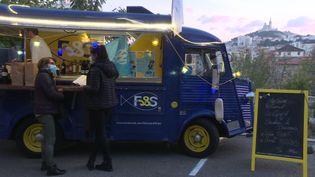 Le food truck des chefs marseillais est stationné sur le parvis de l'hôtel Intercontinental. (X. Schuffenecker / France 3)