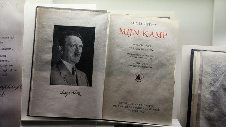 """Une version de """"Mein Kampf"""" présentée au mémorial de la Shoa à Paris le 2018 (illustration). (THOMAS PADILLA / MAXPPP)"""