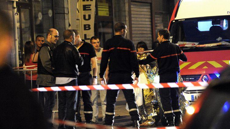 """Des pompiers prennent en charge des clients de la discothèque """"Theatro"""" après une fusillade, le 1er juillet 2012 à Lille (Nord). (FRANCOIS LO PRESTI / AFP)"""