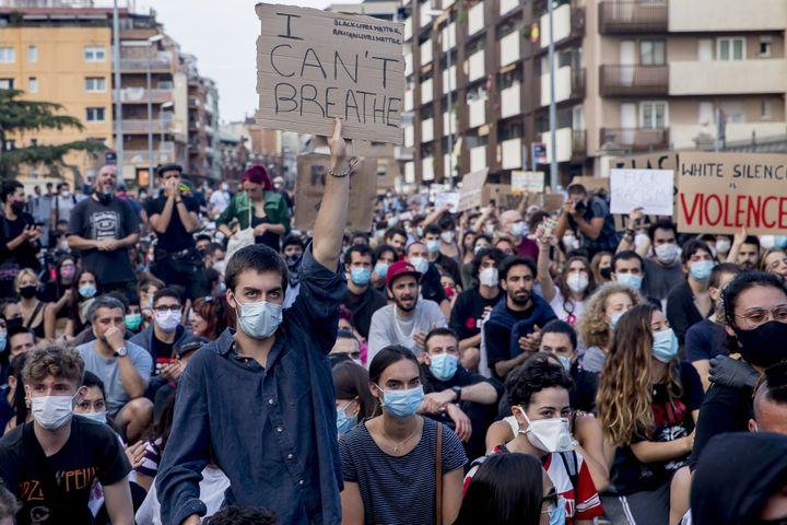 Des manifestants se massent devant le consulat des États-Unis à Barcelone (Espagne) le 1er juin 2020, après le meurtre de George Floyd. (ALBERT LLOP / NURPHOTO / AFP)