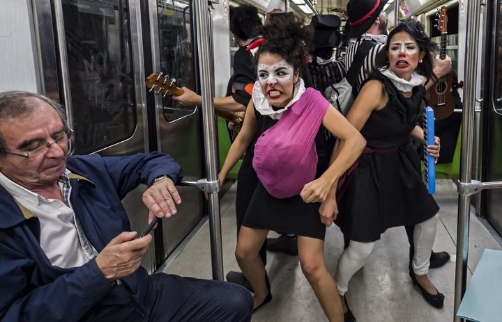 Dans le métro de Mexico, une clown de la compagnie Claustofobos prétend être enceinte et se mettre en colère contre un passager, le 31 mars 2015.  (OMAR TORRES / AFP)