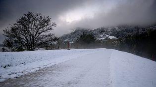 Une route couverte de neige à Tournon-sur-Rhone (Ardèche), le 15 novembre 2019. (JEAN-PHILIPPE KSIAZEK / AFP)