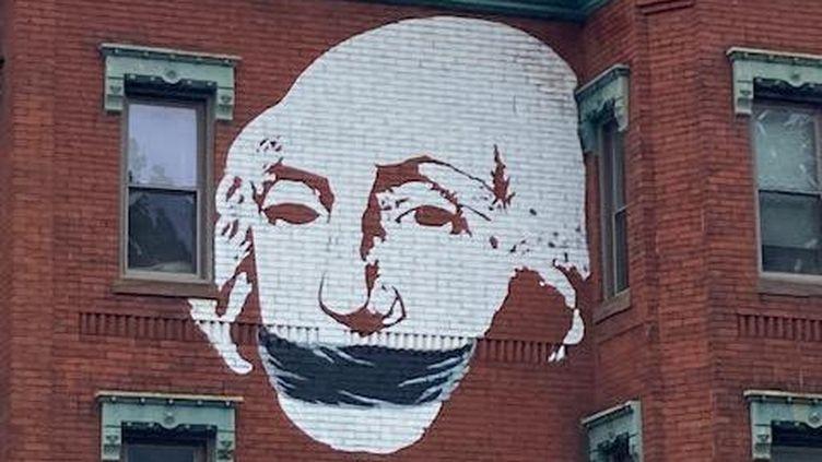 Une fresque sur une façade d'immeuble à Washington montre George Washington bâillonné, à la veille de l'élection américaine, le 2 novembre 2020. (NICOLAS TEILLARD / FRANCE-INFO)