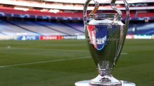 Le trophée de la Ligue des champions dans le stade Estádio da Luz, à Lisbonne, le 23 août 2020. (MATTHEW CHILDS / POOL / AFP)