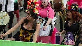 France 2 s'intéresse au carnaval de La Nouvelle-Orléans (États-Unis), l'un des plus grands du monde avec celui de Rio ou Venise. Alors comment s'organise l'événement ? Qui sont les stars des défilés ? (France 2)