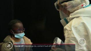 Une petite fille en passe d'être testée au Covid-19 à Colombes, dans les Hauts-de-Seine. (France 2)
