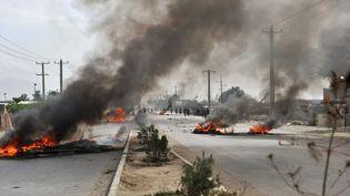 Des barricades en flamme dans les rues de Kaboul (Afghanistan), après une manifestation anti-américaine, le 17 septembre 2012. (MASSOUD HOSSAINI / AFP)