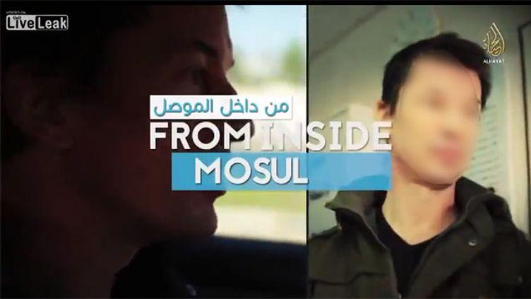 (L'otage britannique apparaît dans une vidéo de propagande qui fait visiter Mossoul en Irak © YouTube)