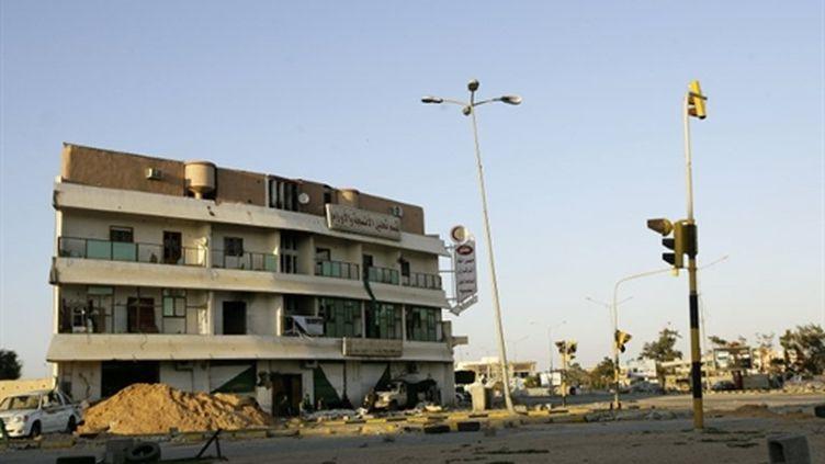 Une rue désertée dans la ville assiégée de Misrata (ouest Libien), le 8 avril 2011 (AFP/JOSEPH EID)