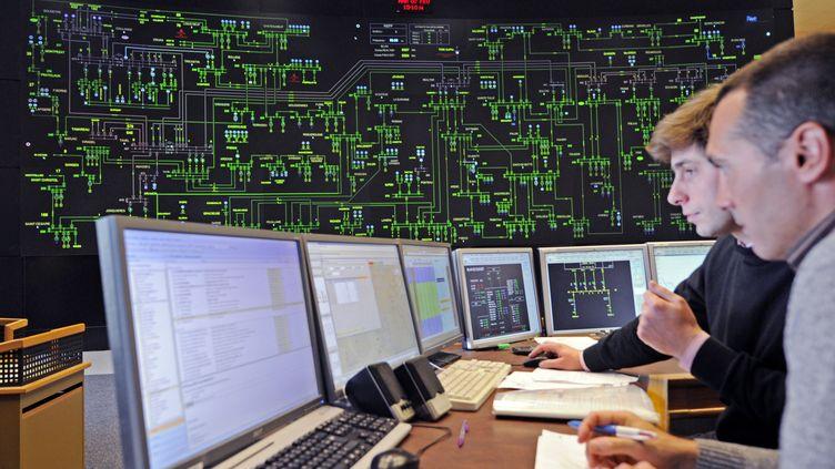 Des techniciens de RTE (Réseau de Transport d'Electricité) observent, en direct, les différents paramètres de consommation d'électricité, le 7 février 2012, à Marseille.  (BORIS HORVAT / AFP)