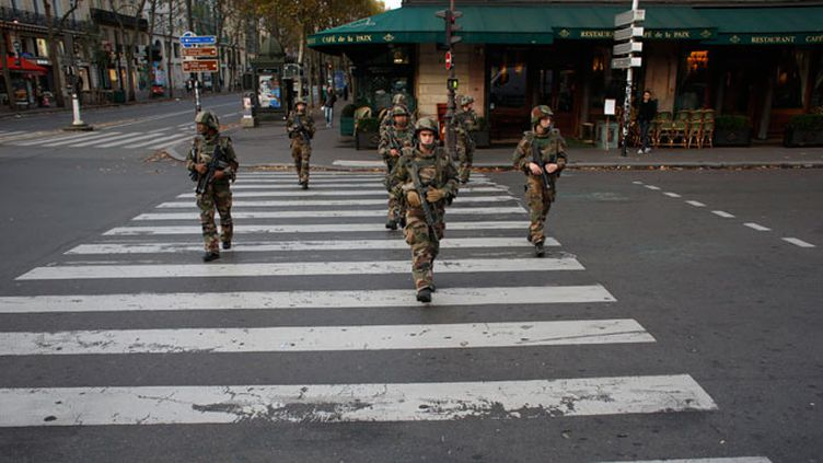 (Au lendemain des attentats dans Paris et à proximité du Stade de France qui ont coûté la vie à au moins 127 personnes, des militaires patrouillent samedi dans le quartier de l'Opéra © Maxppp)