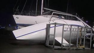 Des bateaux à quai au Havre (Seine-Maritimes) ont été renversés par les bourrasques de vents, vendredi 13 janvier 2017. (FRANCE 3 NORMANDIE)