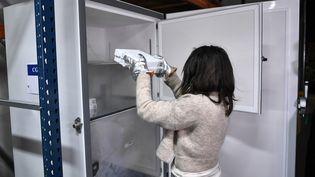 Les doses sont placées dans des frigos spéciaux, à la température extrêmement basse, avant d'être transportées dans les Ehpad. (STEPHANE DE SAKUTIN / AFP)