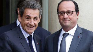 Nicolas Sarkozy et François Hollande, sur le perron de l'Elysée, le 22 janvier 2016. (PHILIPPE WOJAZER / REUTERS)